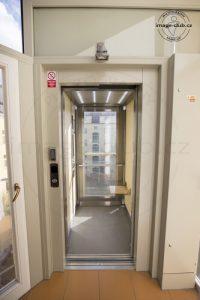 Zadní stěna výtahu je prosklená